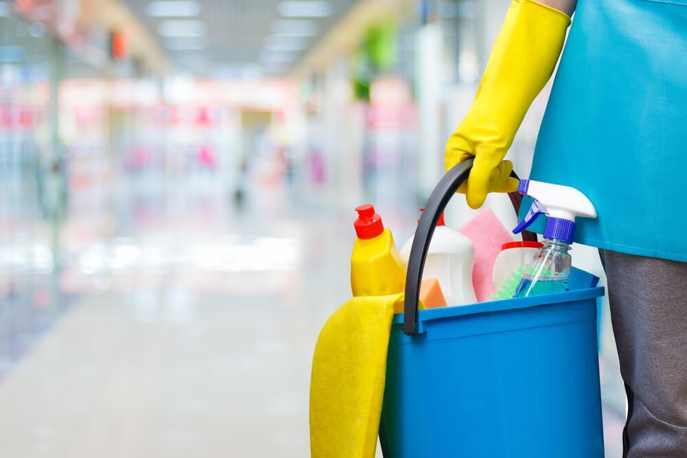 Nabízíme jak běžný úklid kanceláří, tak i úklid hal, čištění povrchů, úklid parkovišť i dezinfekce, zajištění praní prádla a drobné údržbářské práce